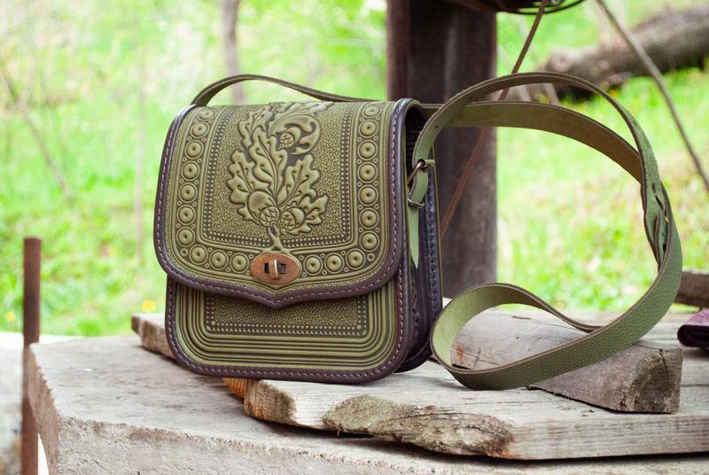 Женская кожаная сумка летняя через плечо оливковая с коричневым с тиснением Этно стиль