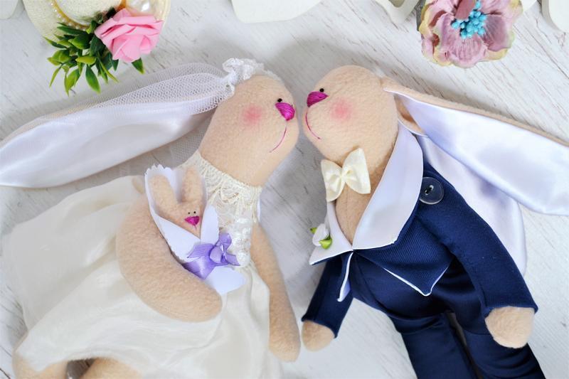 Парочка свадебных зайцев с малышом