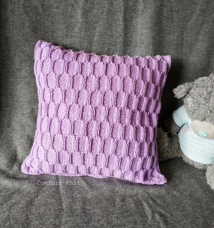 Диванная подушка (наволочка) декоративная вязаная сиреневая с геометрическим узором на молнии