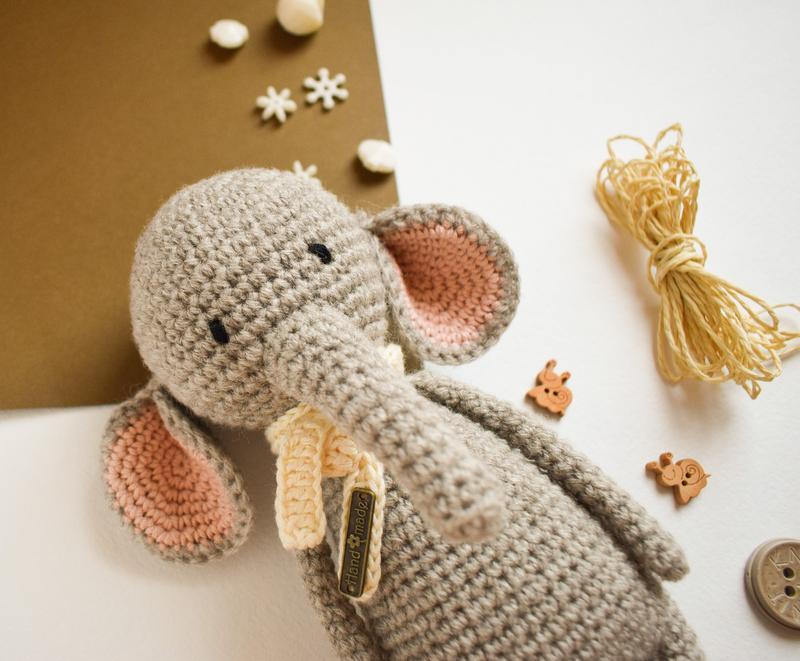 Вязаный маленький слоненок. Подарок новорожденному. Игрушка для фотосессии. Теплая игрушка.