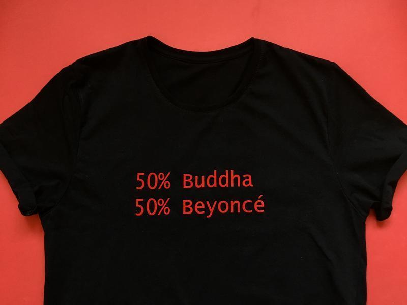 Футболка с надписью «50% Buddha, 50% Beyoncé»