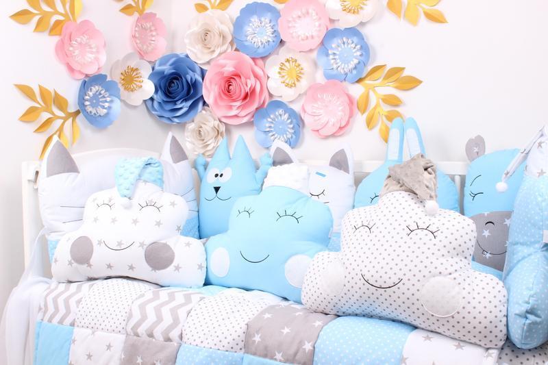 Комплект в кроватку с подушками игрушками в голубых тонах