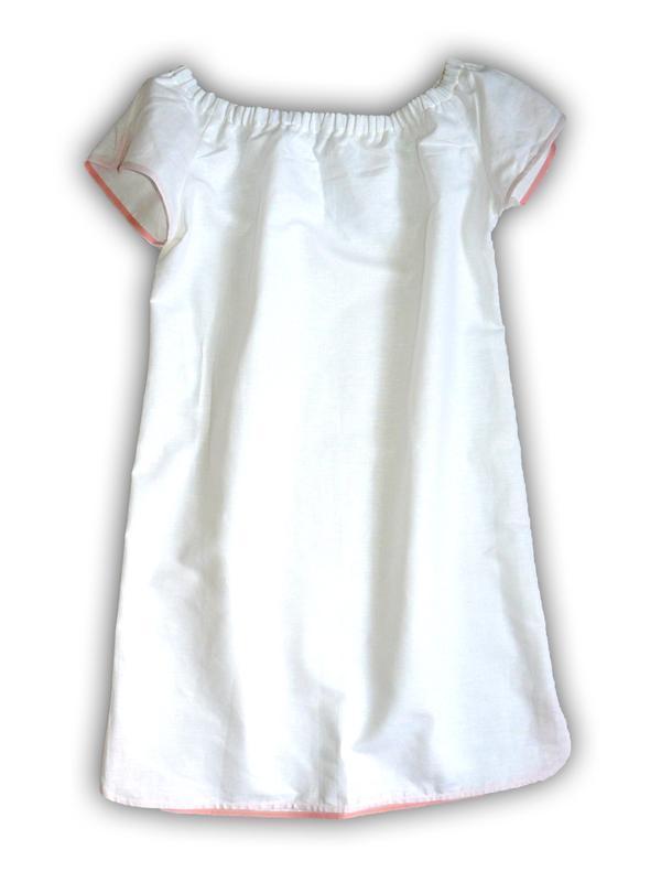 Белое льняное платье ровного силуєта