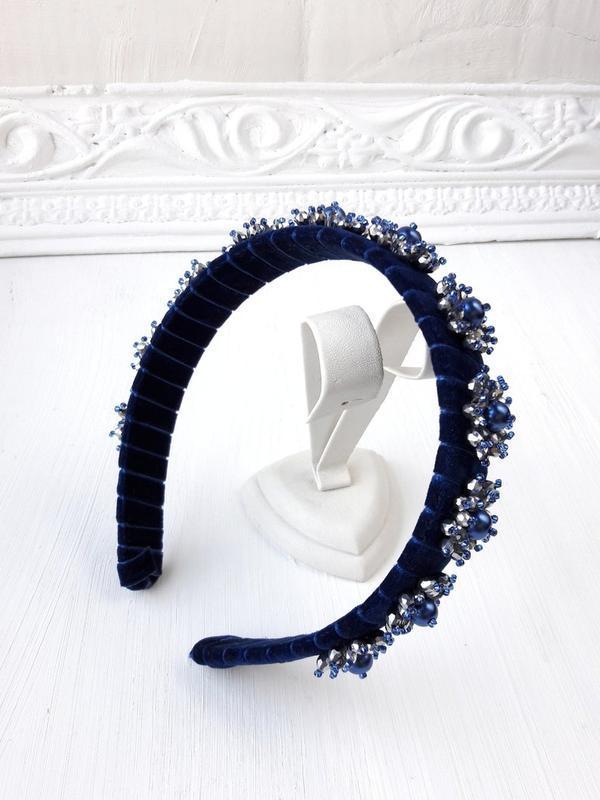 Объемный бархатный ободок с искусственным жемчугом и кристаллами