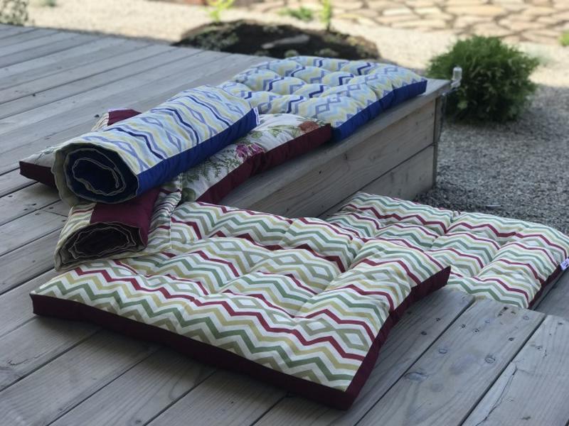 Уличная подушка.  Матрас на террасу.  Матрас на пикник бордового цвета. Абстрактные акценты.