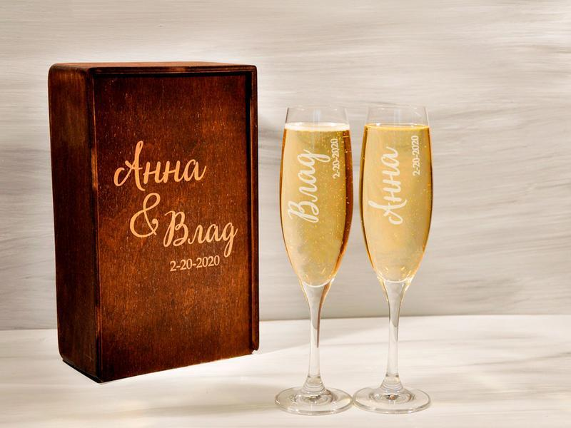 Бокалы для шампанского с монограммой для бракосочетания в подарочной коробке