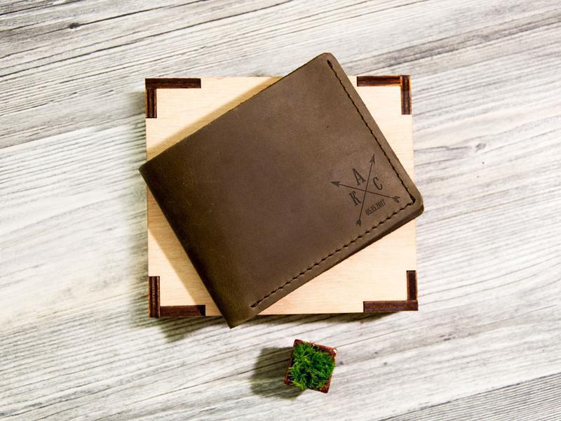 Мужской кожаный кошелек с гравировкой инициалов