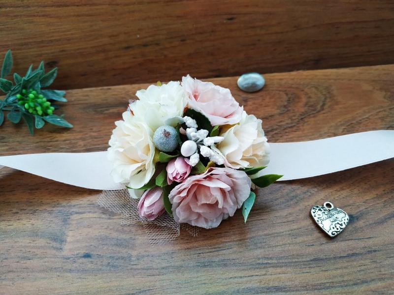 Бутоньєрка на руку в кремово-пудровом кольорі Квітковий браслет для подружок нареченої