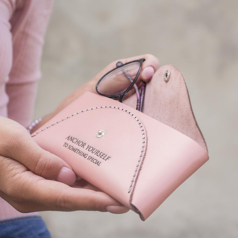 Женский Чехол / Футляр для очков из натуральной кожи - Розовый (Ручная работа, гравировка)