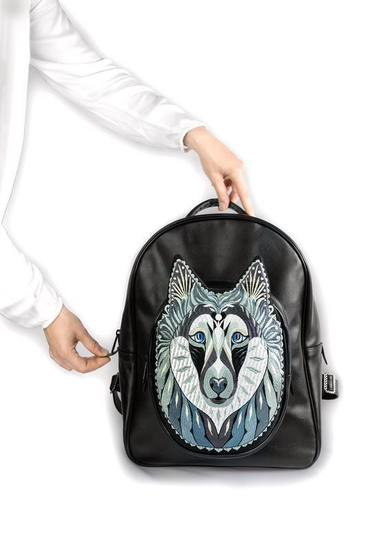 Кожаный вместительный рюкзак на каждый день из очень прочной кожи высшего качества с вышивкой Волк