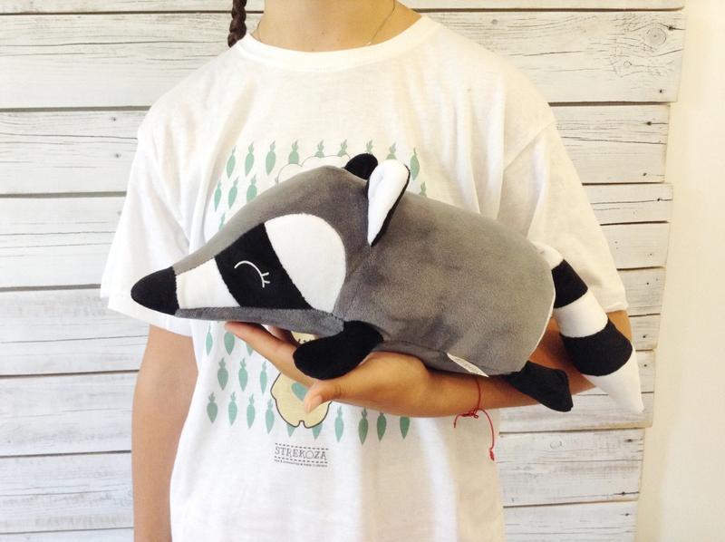 Мягкая игрушка валик малыш Енот 31 см серый