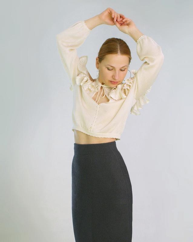 Короткая шелковая вязаная блуза с открытыми плечами и рюшами