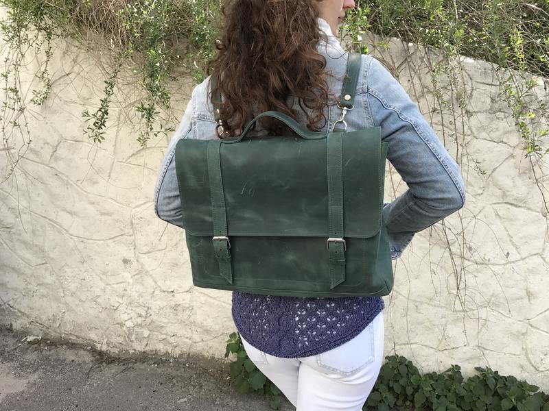 Зеленая кожаная сумка рюкзак