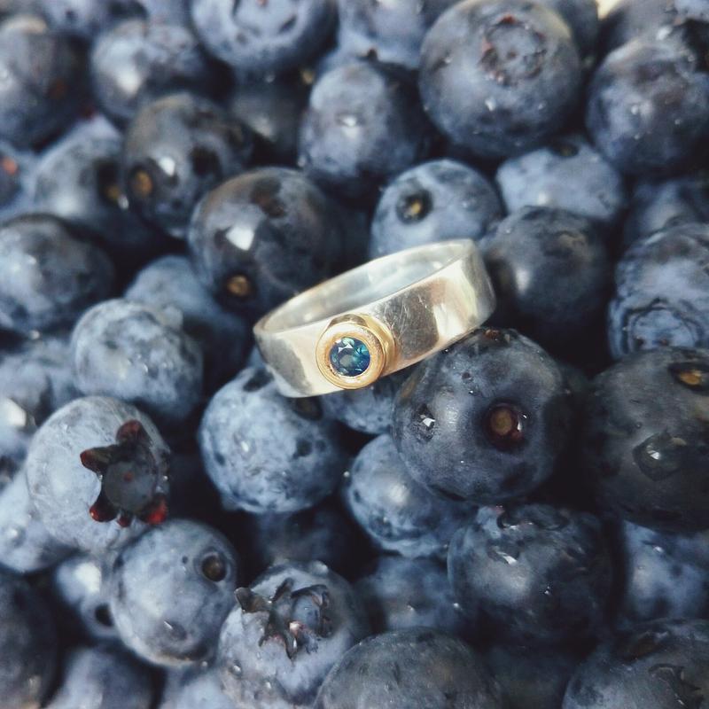 Серебряное кольцо с сапфиром в золотой чаше