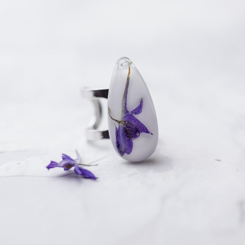 Кольцо с каплей из эпоксидной смолы с полевыми цветами