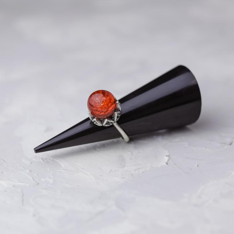Латунное кольцо с шаром из смолы и миниатюрной гипсофилой