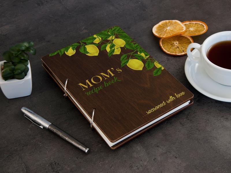 Книга для записів рецептів у дерев'яній обкладинці з лимонами