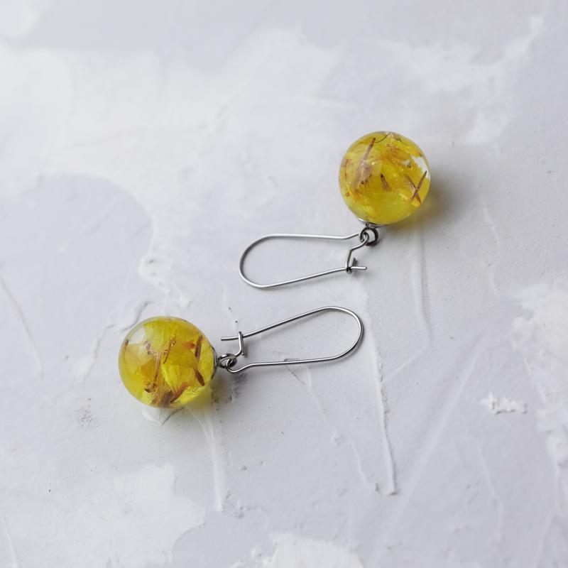 Серьги из ювелирной смолы с желтыми сухоцветами