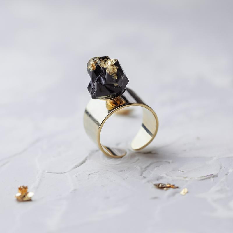 Широкое кольцо с имитацией кристалла из ювелирной смолы