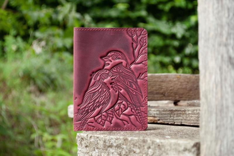 Обложка для паспорта кожаная женская бордо с птицами орнамент тиснение