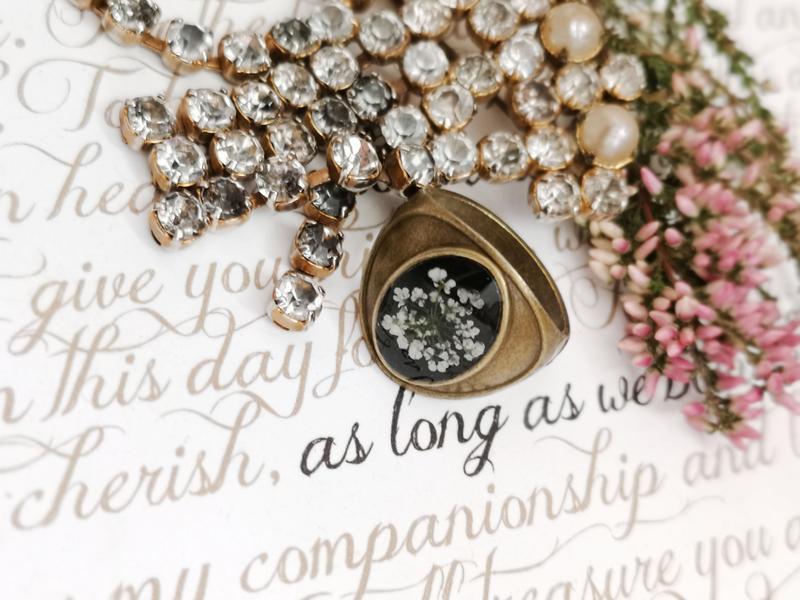 кольцо с белым цветком