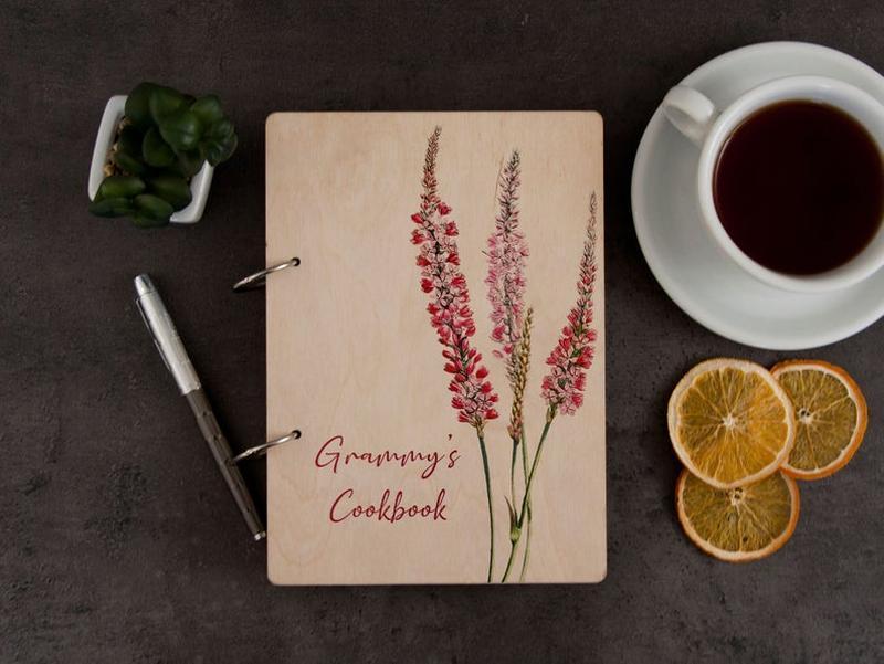 Кулінарна книга «Польова квітка» з кольоровим друком у дерев'яній обкладинці