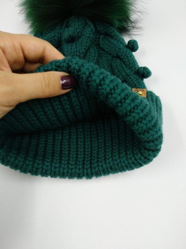 Невероятно красивая и стильная вязаная детская шапка с косами и горошинками и огромным помпоном