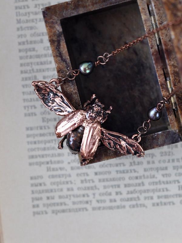Необычное колье из гальванизированного майского жука с черными жемчужинами