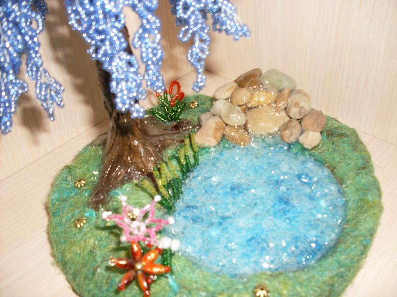 бисерное дерево глицыния у ручья