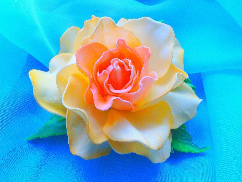 Брошка з кремовою трояндою
