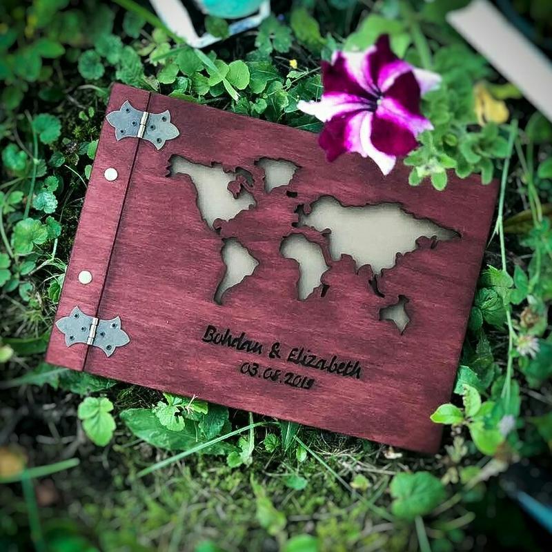Фотоальбом із дерева - карта світу (подарок на день рождения, свадьбу, годовщину, путешественнику)