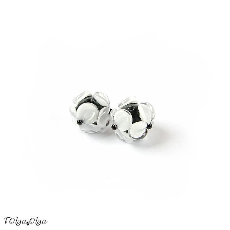 Квіти білі на чорному (намистини лемпворк пара)
