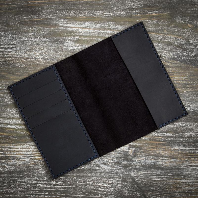 Чорна шкіряна обкладинка на паспорт