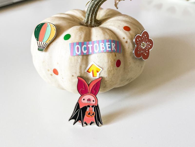 Значок милая летучая мышь с корзинкой-тыквой на Хеллоуин (Halloween)
