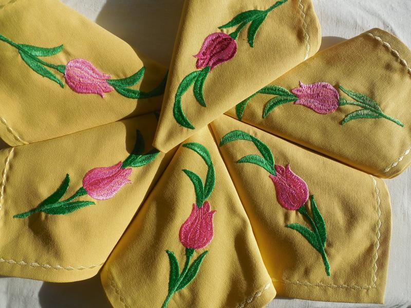 """Набір сервірувальних серветок з бавовни з вишивкою ручної роботи """"Тюльпани"""""""