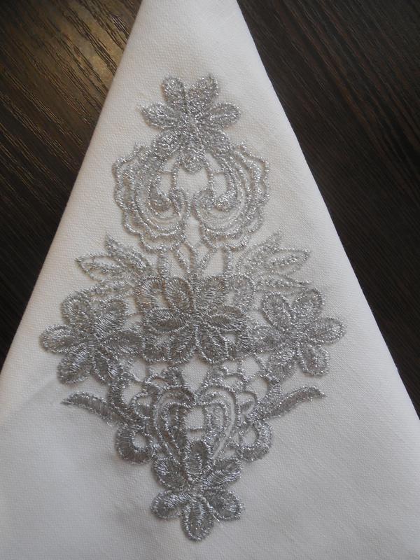 """Набір святкових сервірувальних серветок з бавовни з вишивкою срібними нитками """"Ніжність"""""""