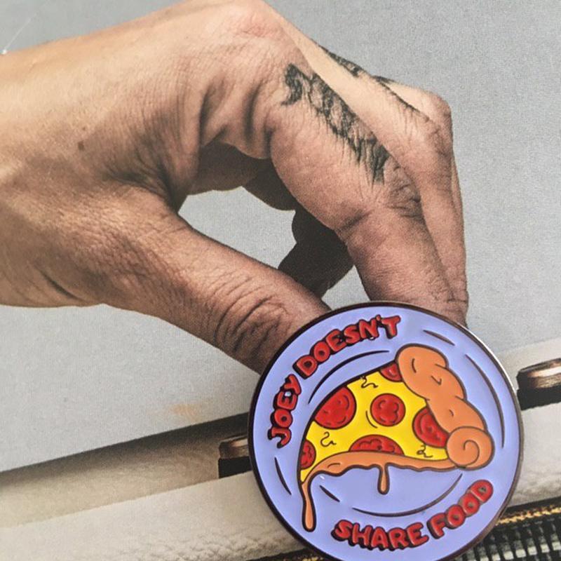Значок Джоуи не делится едой Joye doesn't share the food   Значок сериал Друзья   Пицца