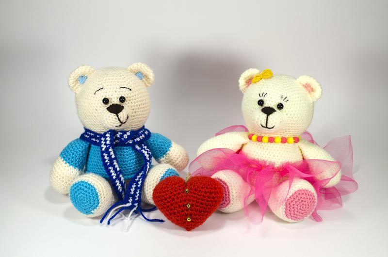 Закоханий Ведмедик, м'яка іграшка в'язана гачком