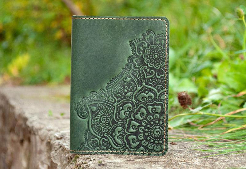 Обложка на паспорт кожаная зеленая женская с орнаментом тиснение Цветочный Сад