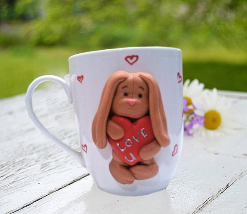 """Чашка з декором з полімерної глини """"Закоханий зая"""" Подарунок на день народження"""