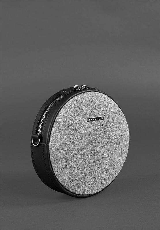 Круглая фетровая женская сумка Таблетка с кожаными черными вставками