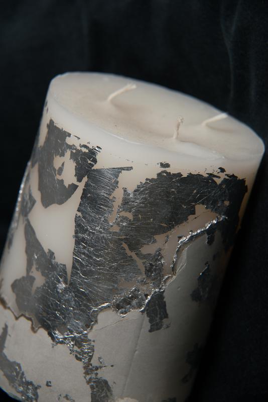 Свеча на бетоне с срібнами вставками