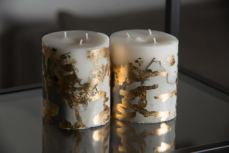 Свічка на бетоні з золотими вставками