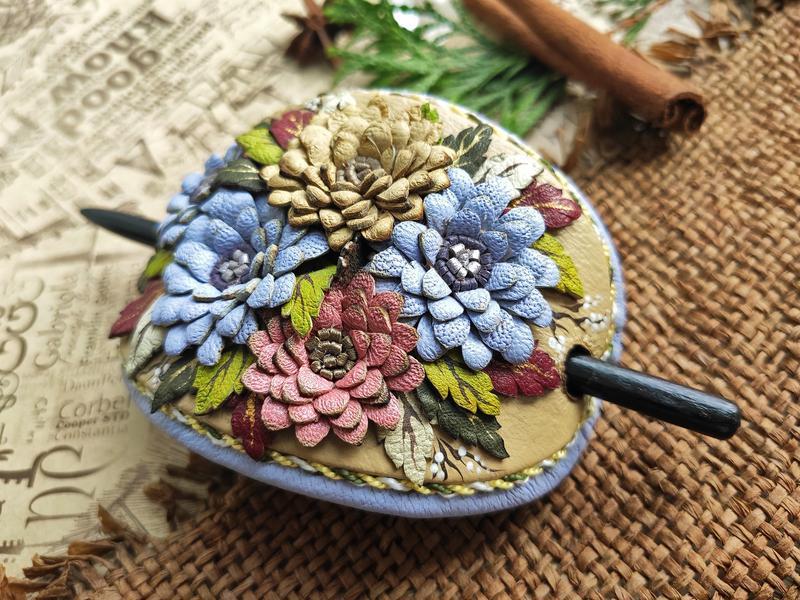 Кожаная заколка для волос на деревянной шпажке с цветочной композицией из хризантем