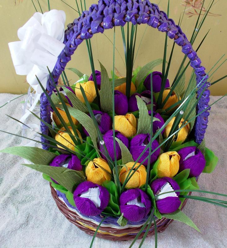 Купить корзину цветов из бумаги с конфетами, живые