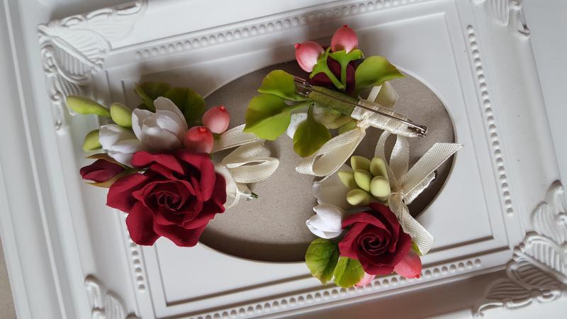 Весільна бутоньєрка для нареченого з бордовою трояндою і білої фрезією