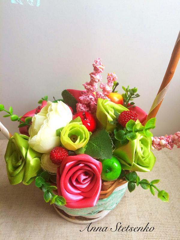Кошик з квітами, троянди з атласної стрічки