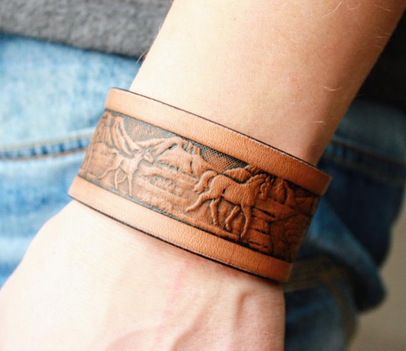Шкіряний браслет для чоловіків (12 кольорів), браслет зі шкіри чоловічий, з тисненням табун коней.