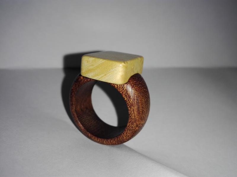 Перстень ручної роботи.