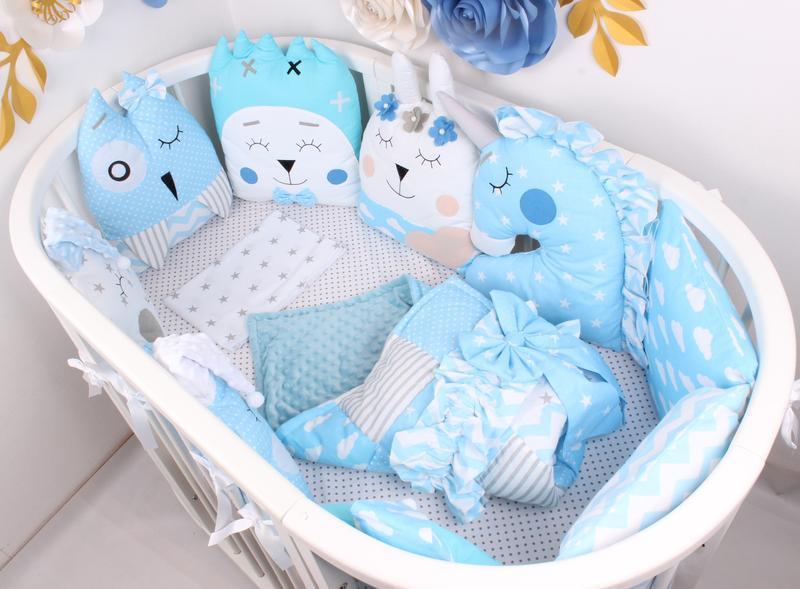 Комплект в овальную кроватку с игрушками и облачками в Голубом цвете